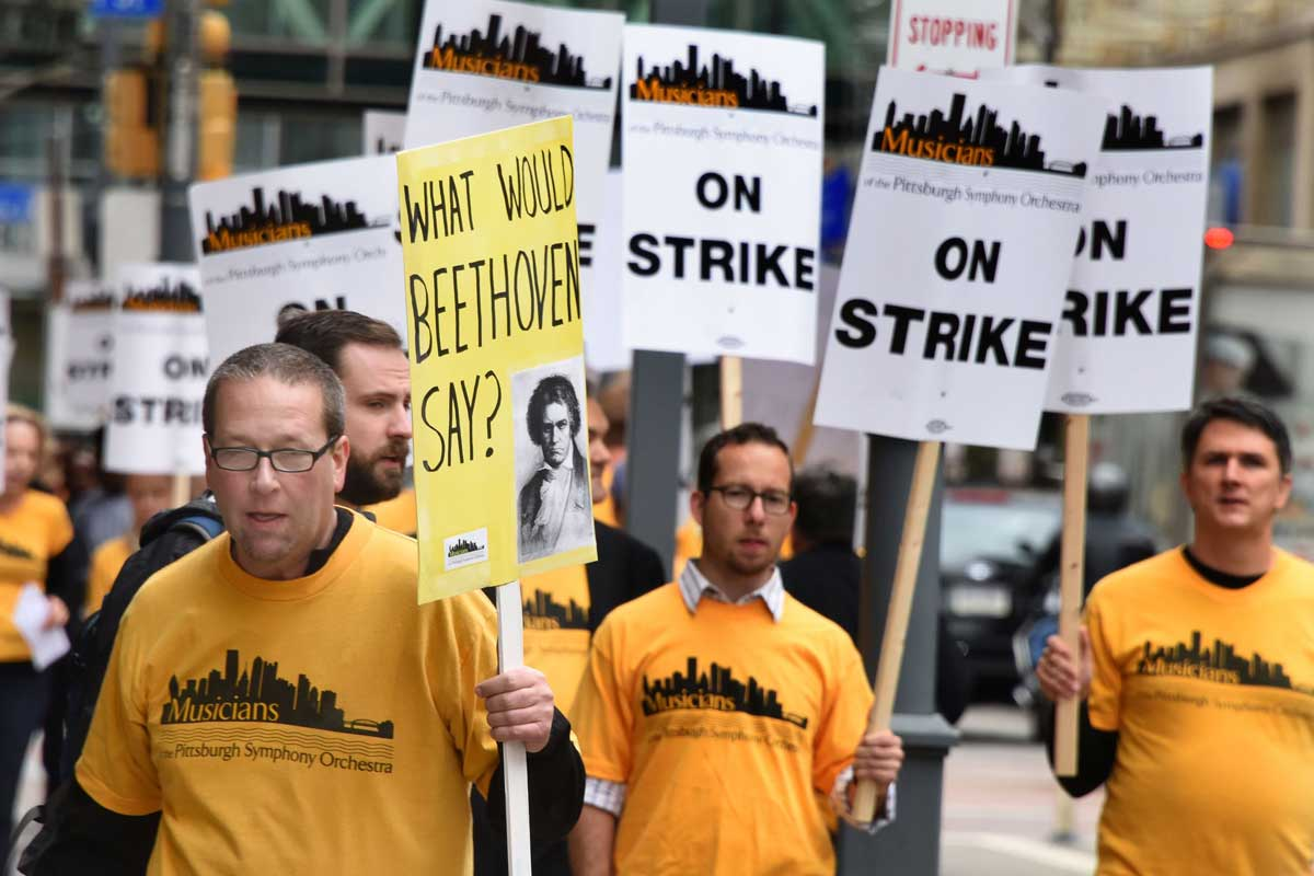 Pittsburgh Symphony musicians picket outside Heinz Hall Sept. 30 (Photo: Darrell Sapp/Pittsburgh Post-Gazette)